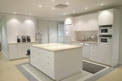 Infällda LED-spotar i tak samt LED-ramper under köksskåp