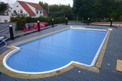 Infällda decklights och pollare runt pool